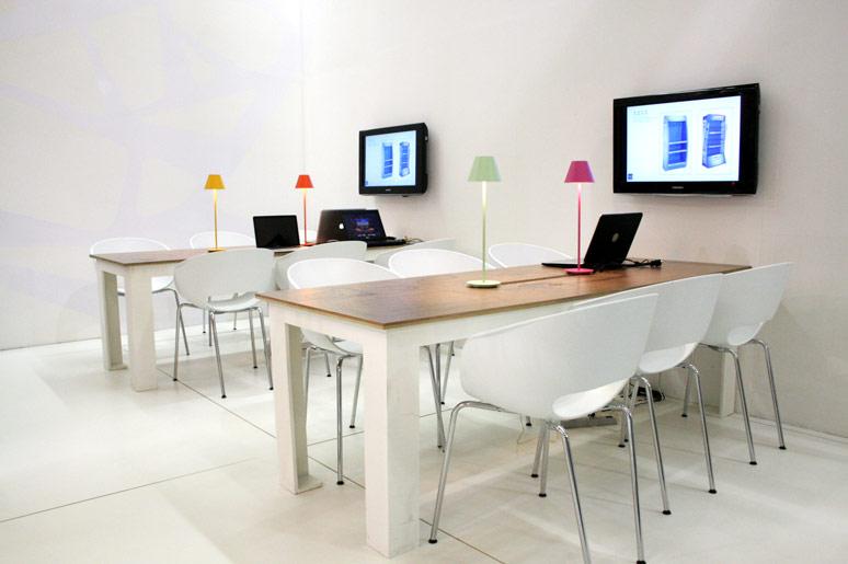 Interior do estande e as mesas de criação e projeto